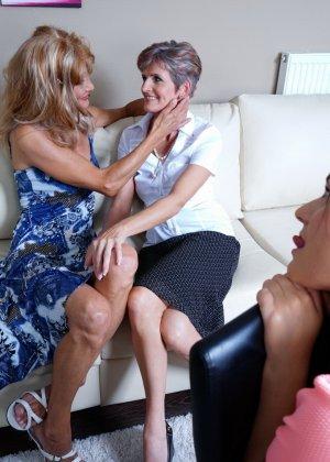 Две зрелые лесбиянки обучают молодую девушку ласкам и все получают огромное удовольствие - фото 7