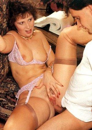 В этой галерее можно увидеть, что мода на анальный секс пошла уже давно – парочка занимается этим увлеченно - фото 13