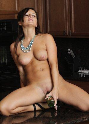 Мелисса Метьюс показывает, как она облизывает бутылочку и вставляет ее в свою пизденку - фото 3