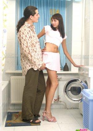 Парниша соблазняет девушку на секс и она дает ему обкончать все свое нежное личико - фото 3