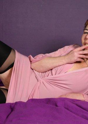 Зрелая женщина в эротичном костюме показывает себя всю, принимая самые откровенные позы - фото 4