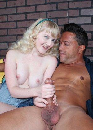 Кристал – молоденькая блондинка, которая соблазняет опытного мужчину и делает ручками ему приятно - фото 8