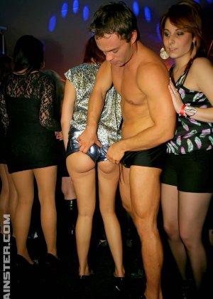 В клубе бешенные телки ебутся с накачанным стриптизером в халате - фото 1