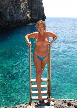 Отдых на море в эротических фото зрелой дамы на крутой фотик - фото 34