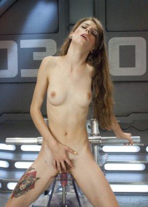 Секс машина достаточно быстро удовлетворила худенькую брюнетку Willow Hayes - фото 13