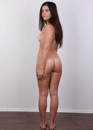Длинноволосая брюнетка решила заработать денег эротической фото сессией - фото 13