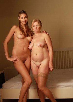 Зрелая женщина развлекается с молодой девушкой, даря друг другу нежные ласки и прикосновения - фото 15
