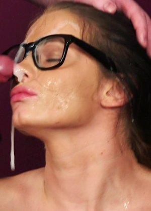 Брюнетка в очках облитая с ног до головы теплой белой спермой - фото 10