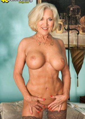 Женщина в преклонном возрасте показывает свое хорошее тело - фото 12- фото 12- фото 12