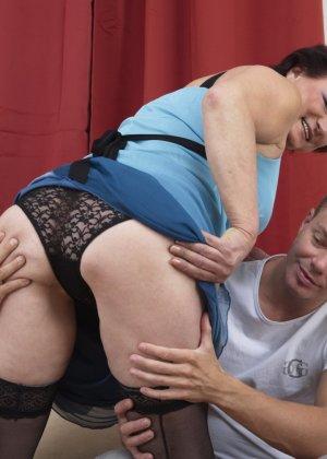 Студенты раздевают зрелую преподавательницу и ласкают ее киску через кружевные трусики - фото 11