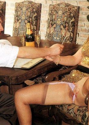 В этой галерее можно увидеть, что мода на анальный секс пошла уже давно – парочка занимается этим увлеченно - фото 1