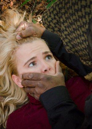 Девушка принимает на себя различные испытания и в итоге оказывается выебана черным членом - фото 2