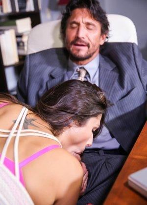 Брюнетка зашла на работу к своему бойфренду, отсосала хуй, а потом он ее выебал на столе - фото 4