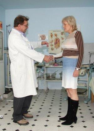 Женщина подставляет свою пизду для осмотра гинекологом и рада, когда ей вставляют вибраторы - фото 1
