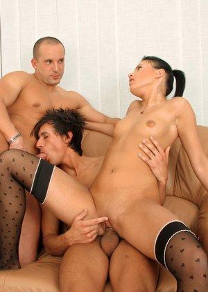 Симпатичный гей сосет член другого мужика, пока его соседка мастурбирует влажную киску - фото 10