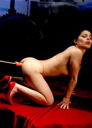 Секс-машина удовлетворяет похотливую самочку, которая с давних времен мечтает получить яркий оргазм - фото 16