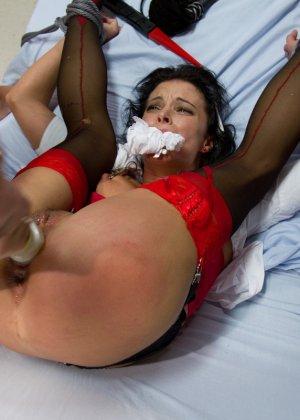Ласковая и заботливая медсестра устроила сеанс сексотерапии прямо на кушетке в своем кабинете - фото 6