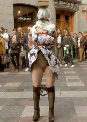 Развратная девушка ходит голая по улицам города с мешком на голове - фото 9