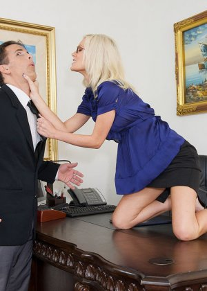 Телка вызывает своего подчиненного в кабинет, она не носит трусов, чтобы ее киску могли обработать без лишней суеты - фото 2