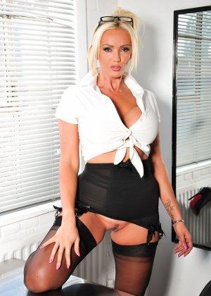 Шикарная блондинка знает, в какие позы вставать, чтобы показать всю свою невероятную сексуальность - фото 1
