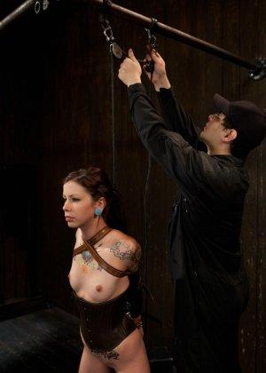 Татуированная молоденькая девица впервые пробует БДСМ - фото 7