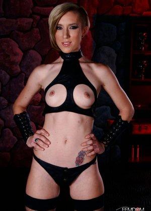 Майя Дэвис обличается в сексуальный наряд и показывает свое красивое тело всем мужчинам - фото 1