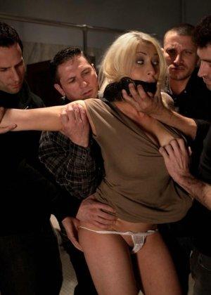 Блондинка оказывается между несколькими мужчинами, которые готовы драть ее мощно, с силой - фото 4