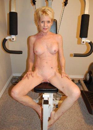 Опытная блондинка в голом виде показывает свои принадлежности - фото 37