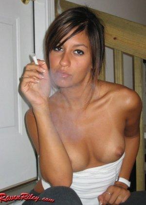 Рэйвен Рили курит и показывает всё свое тело без одежды – она рисковая девушка, которая не знает стыда - фото 9