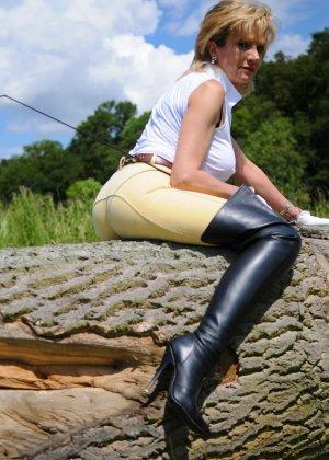 Леди Соня показывает свою задницу в облегающих брюках и поражает объемом груди - фото 3