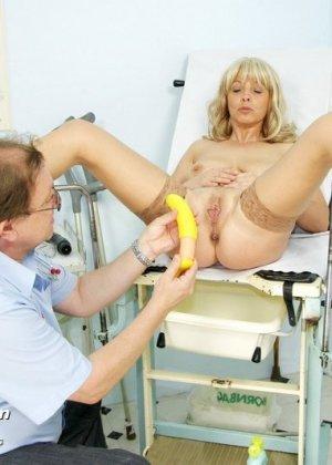 Женщина оказывается на приеме у гинеколога и раздвигает ноги для очень тщательного осмотра - фото 12