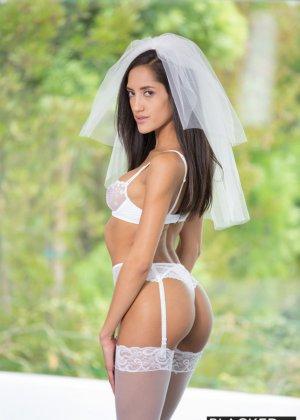 Сексапильная невеста ненадолго отлучилась с торжества, чтобы трахнуться с лучшим другом жениха, ведь у него офигенный хер - фото 2