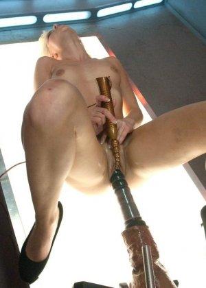 Голая девушка с бритой киской развлекается со своей секс машиной - фото 8