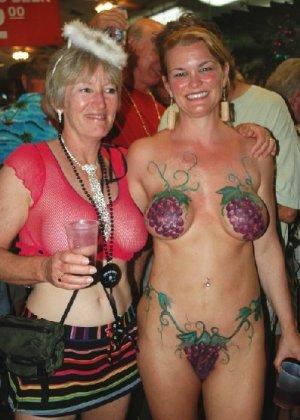 Подборка девушек которые ходят с открытой грудью в публичных местах - фото 19