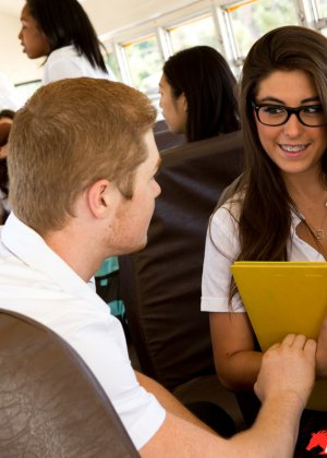 Куча студентов занялись еблей в автобусе который вез их на экскурсию - фото 7