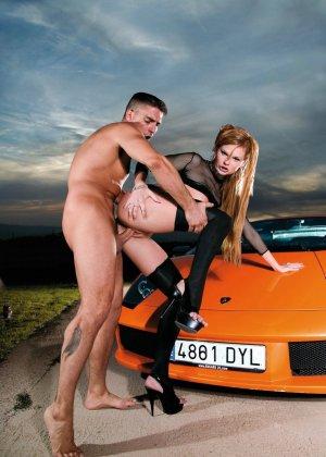 Возле дорогой машины мажор прет свою очередную жертву - фото 8