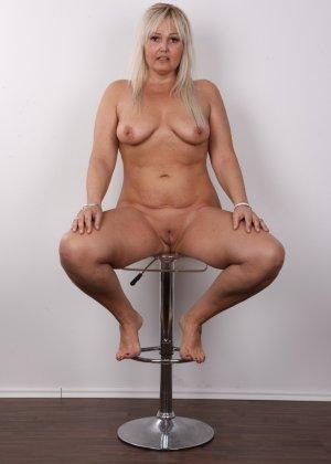Блондинистая зрелая дамочка с пышными формами позволяет наблюдать за собой, показывая все части тела - фото 16