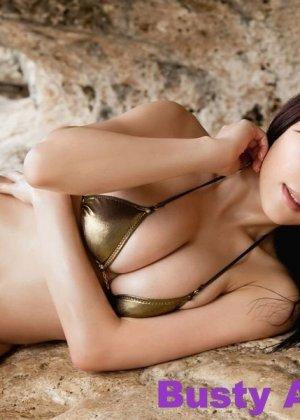 Японская фото модель любит позировать в сексуальных купальниках - фото 4