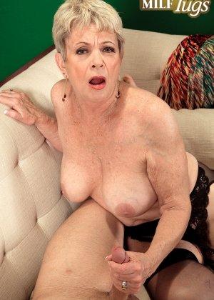 Зрелая проститутка вспоминает свою молодость и скачет на упругом члене брутального парня - фото 12