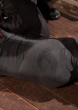 Темнокожая красотка терпит многое – ее привязывают к стулу, делают из нее мумию и трахают разными игрушками - фото 10