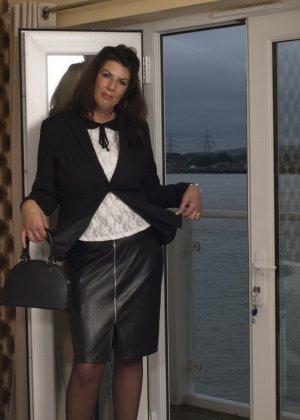 Зрелая британская красотка показывает свое шикарное тело, одевшись в сексуальное белье - фото 5