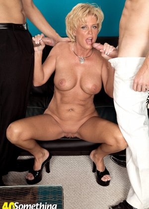Зрелая белокурая проститутка занимается еблей в два ствола сразу - фото 13