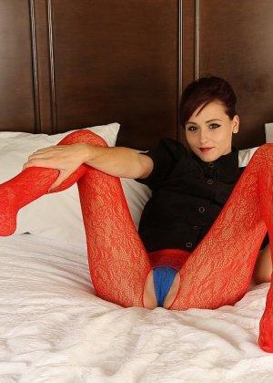 Развратная брюнетка в красном желает секса на белоснежной постели - фото 10