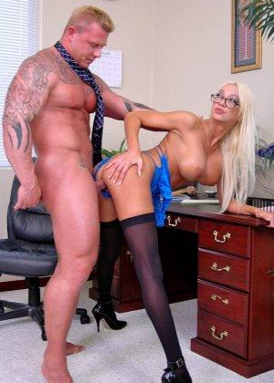 Грудастая психоаналитик Донна Долл отсасывает у своего клиента, а потом трахается с ним на кресле - фото 14