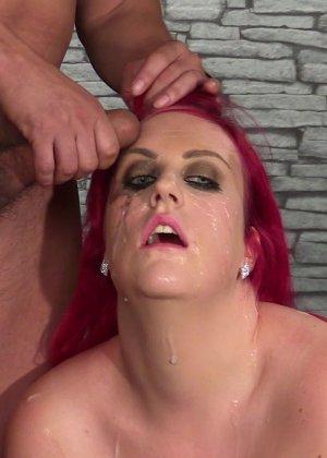 Развратная женщина с необычной внешностью показывает свою смелость в сексуальном плане - фото 6
