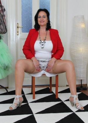 Зрелая женщина показывает свое пышное тело, а затем принимается облизывать искусственный фаллос - фото 4