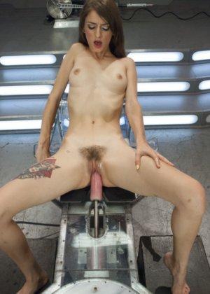 Секс машина достаточно быстро удовлетворила худенькую брюнетку Willow Hayes - фото 6