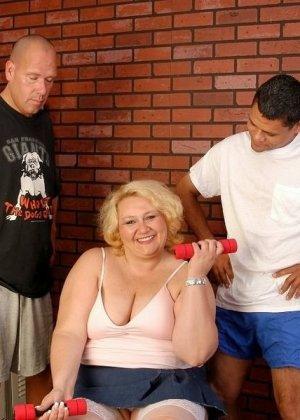 Зрелая бабка приглашает соседских парней, чтобы они трахнули ее щелку за деньги - фото 1
