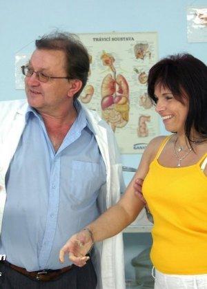 Зрелая дамочка приходит к опытному гинекологу, чтобы подставить дырочку для качественного осмотра - фото 2