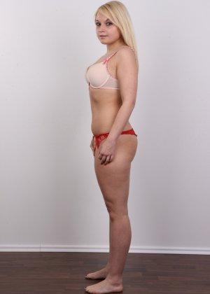 Классная голая блондинка показывает бритую пизду на камеру - фото 5
